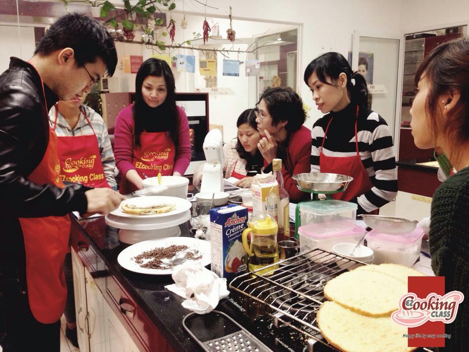 Học viên thực hành làm bánh ngay trên lớp cùng giáo viên